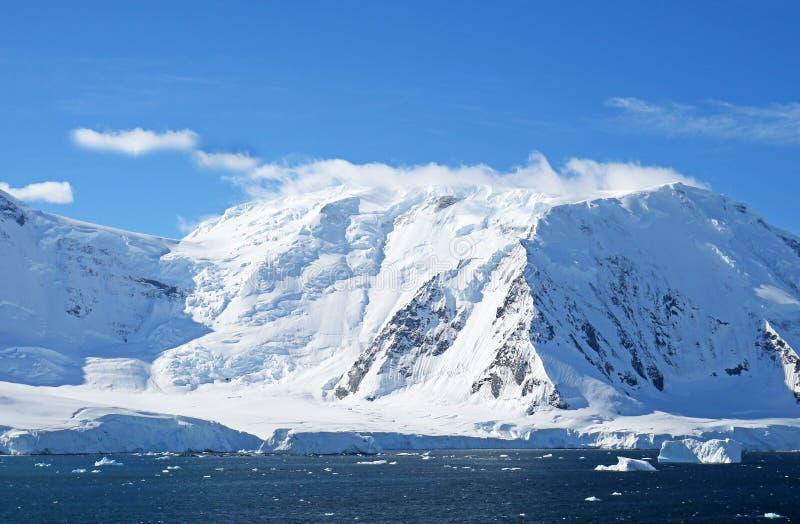 Антартический океан, Антарктика Снег ледника покрыл гору голубое драматическое небо стоковое изображение