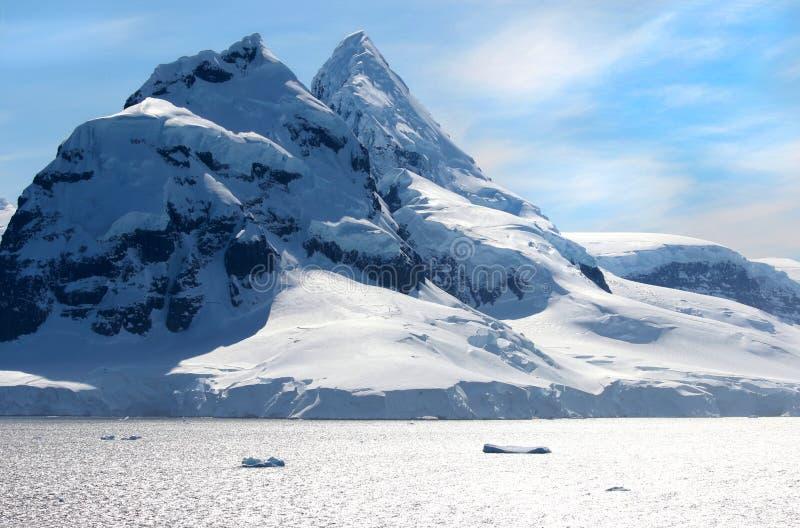 Антартический океан, Антарктика Снег ледника покрыл гору небо предпосылки голубое драматическое стоковые фотографии rf