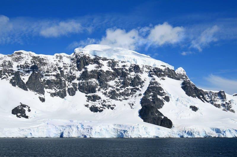 Антартический океан, Антарктика Снег ледника покрыл гору небо предпосылки голубое драматическое стоковое фото