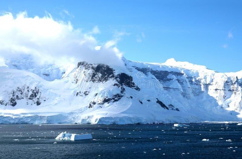 Антартический океан, Антарктика Снег ледника покрыл гору небо предпосылки голубое драматическое стоковые изображения