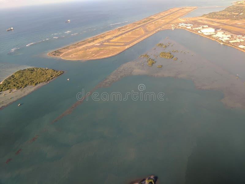 Антенна взлетно-посадочной дорожки аэропорта и плоские вешалки на международном аэропорте Гонолулу стоковая фотография rf
