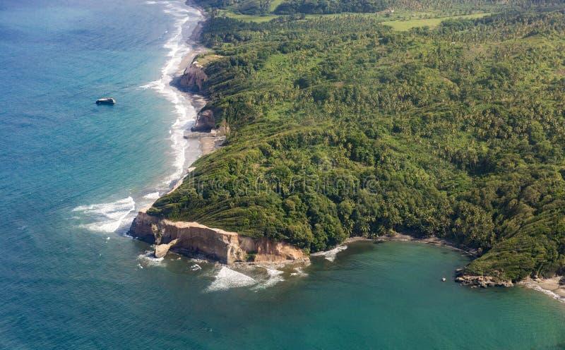 Антенна джунглей, побережья и океана в Доминике стоковое фото rf