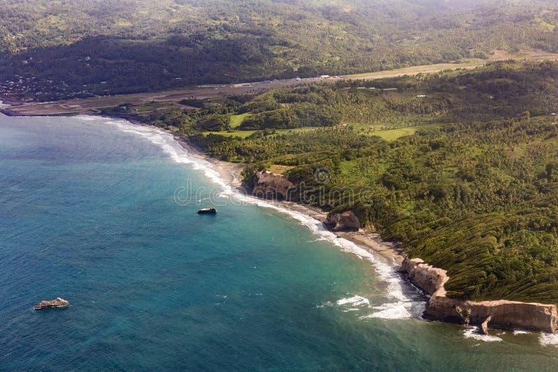 Антенна джунглей, побережья и океана в Доминике стоковое изображение rf