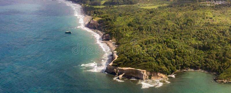 Антенна джунглей, побережья и океана в Доминике стоковое фото
