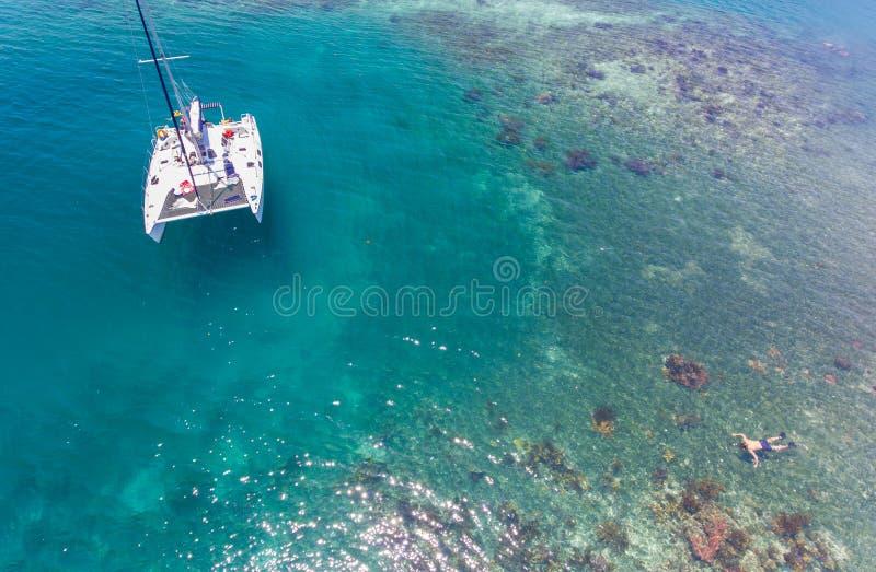 Антенна катамарана и рифа стоковая фотография