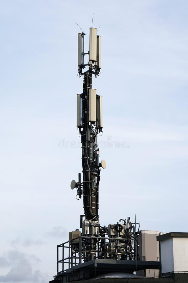 Антенна мобильной телефонной связи крыши стоковая фотография