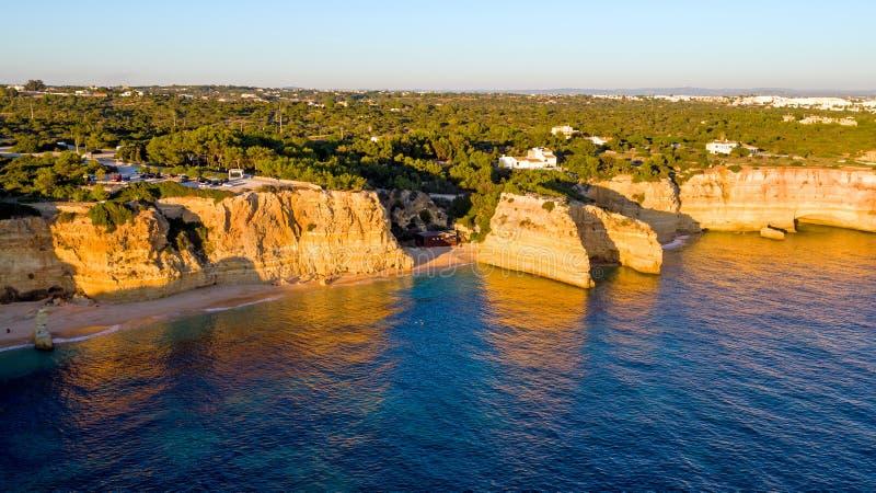 Антенна от известной Прая da Marinha пляжа в Алгарве Portuga стоковые фотографии rf