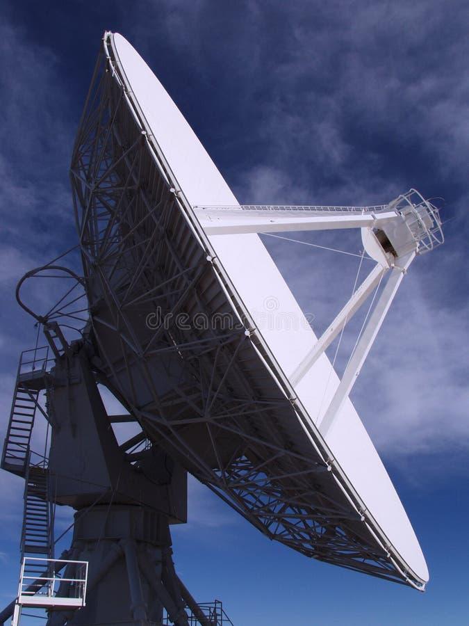 Антенна - очень большой телескоп радио 2 блока стоковые фото