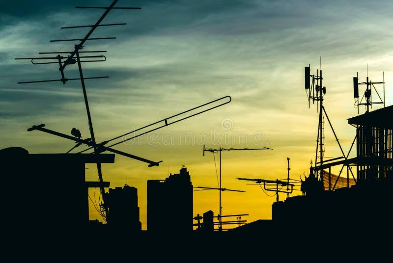 Антенна силуэта на строя крыше с восходом солнца в области городского или города, рано утром времени стоковое фото rf