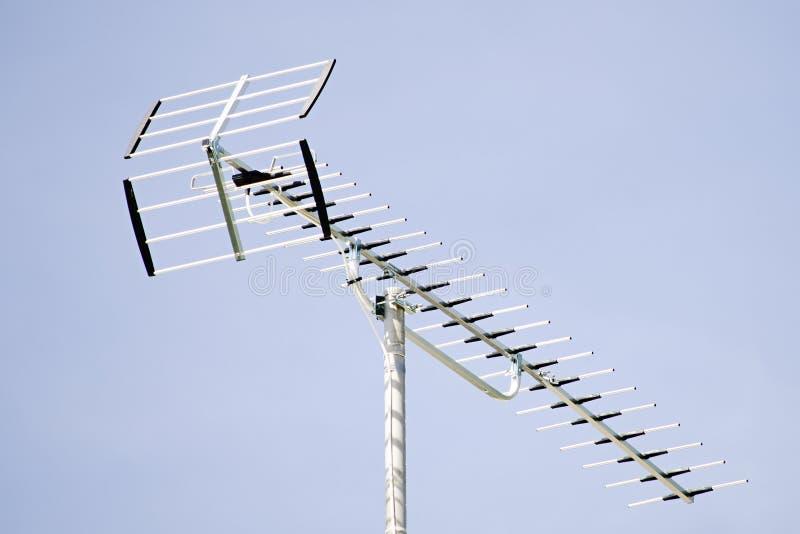 Антенна ТВ и голубое небо близки стоковые фото