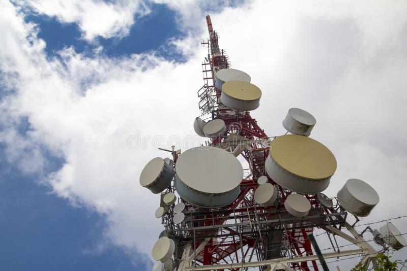 Антенна телекоммуникаций в здании стоковая фотография