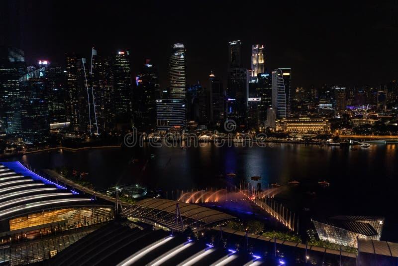 Антенна шоу света и воды свободно-к-публики на открытом воздухе показанного над водой на площади события внутри стоковое изображение