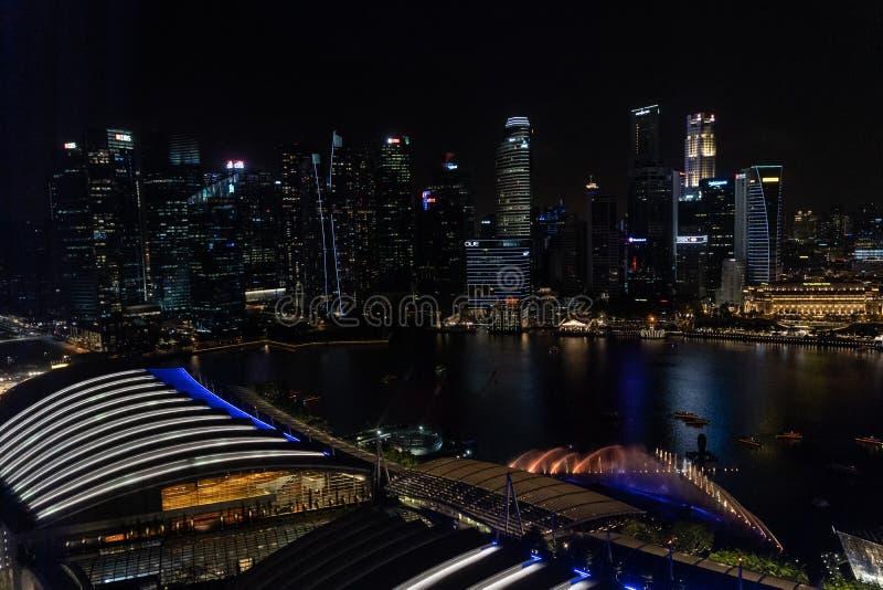 Антенна шоу света и воды свободно-к-публики на открытом воздухе показанного над водой на площади события внутри стоковые фотографии rf