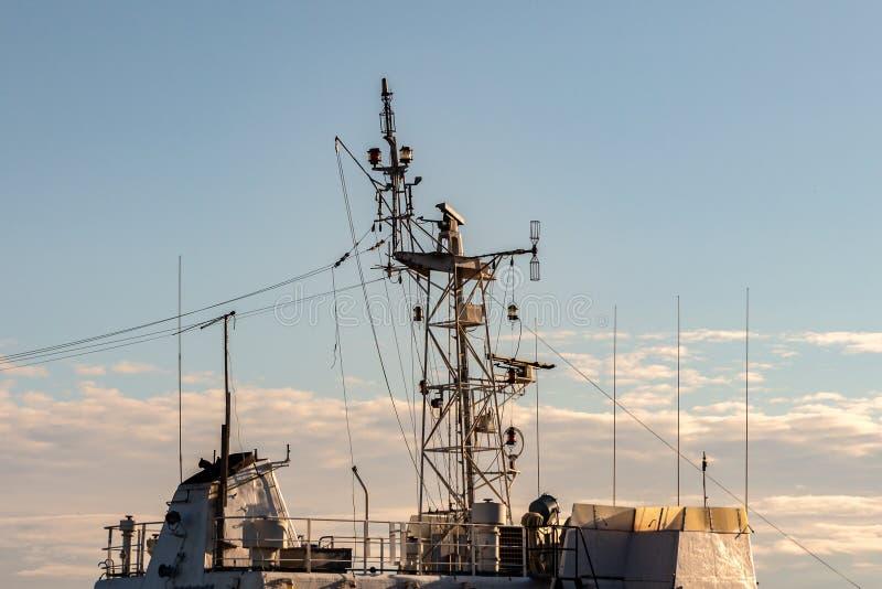 Антенны и оборудование навигации на крыше кабины военного корабля стоковые фото