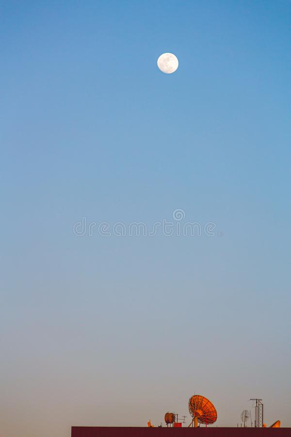 Антенны на крыше и луне стоковое фото rf