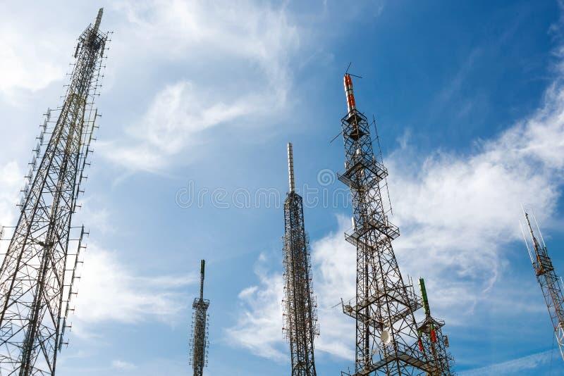Антенны передатчиков или ретрансляторов сотовой сети GSM стоковые фотографии rf