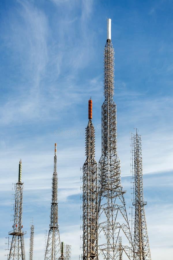 Антенны передатчиков или ретрансляторов сотовой сети GSM стоковое фото rf