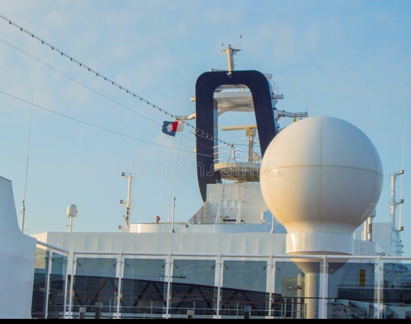 Антенны связи и другая радиотехническая аппаратура на верхней палуба вкладыша MSC Meraviglia круиза, 7-ое октября стоковые фотографии rf