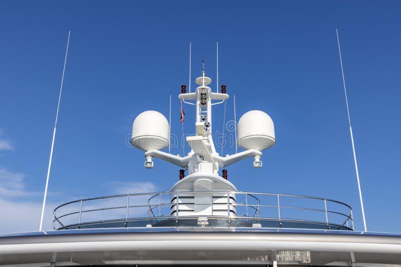 Антенны связи с оборудованием навигации, радиолокатором на верхней па стоковое изображение