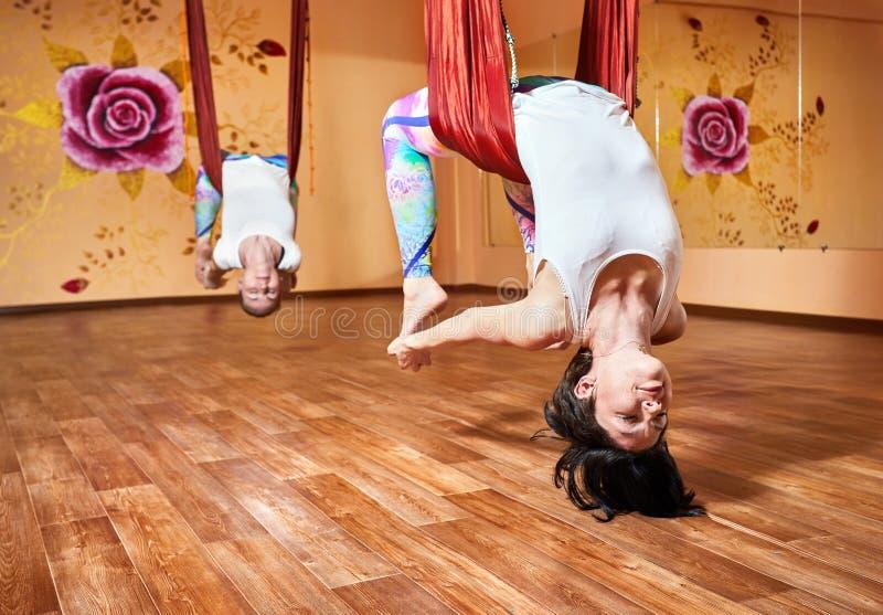 Антигравитационная йога на гамаке стоковое фото