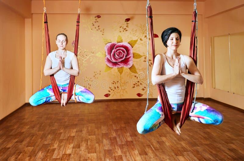 Антигравитационная йога на гамаке стоковое изображение