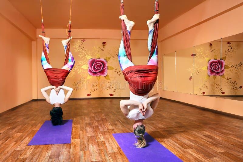Антигравитационная йога на гамаке стоковая фотография