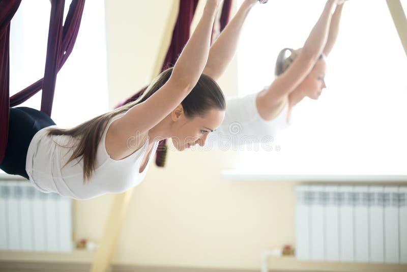 Антигравитационная тренировка йоги стоковая фотография rf