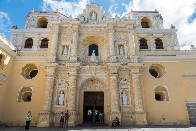 АНТИГУА, ГВАТЕМАЛА - 11-ОЕ НОЯБРЯ 2017: Собор в Антигуе, Гватемале Антигуа малый город окруженный вулканами в southe стоковое изображение