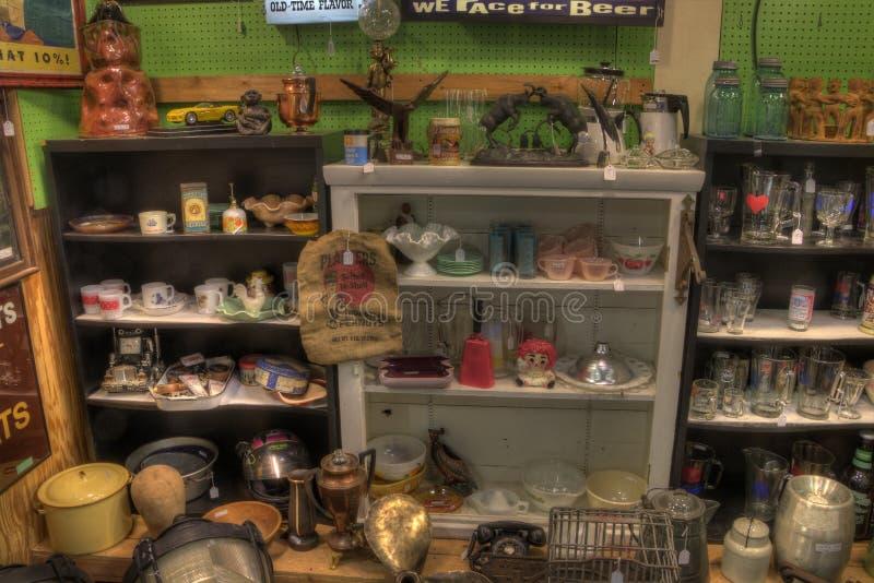 Антиквариаты для продажи в магазине стоковое изображение rf