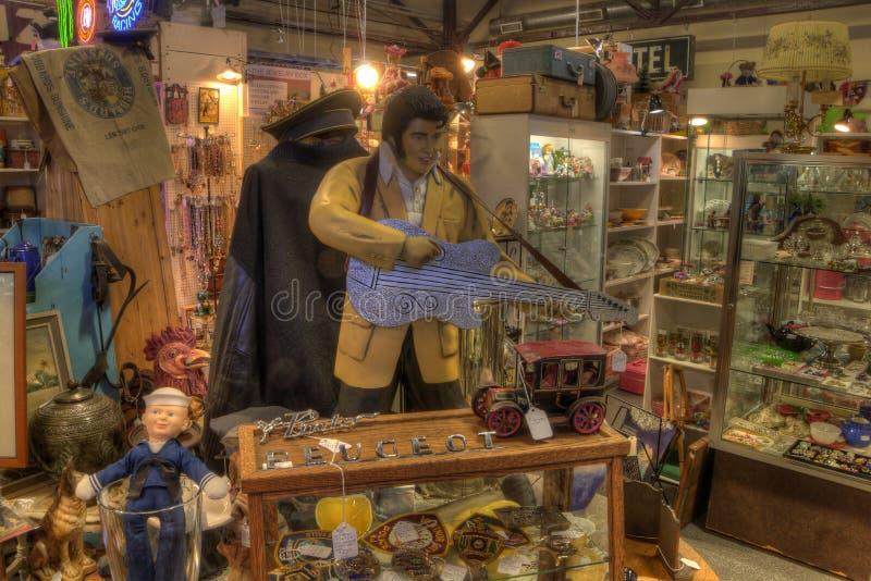 Антиквариаты для продажи в магазине стоковое изображение