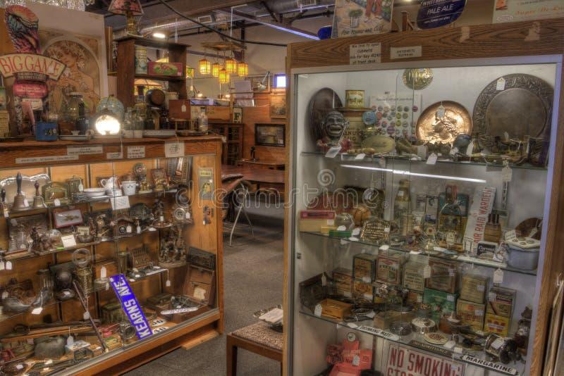 Антиквариаты для продажи в магазине стоковые изображения rf