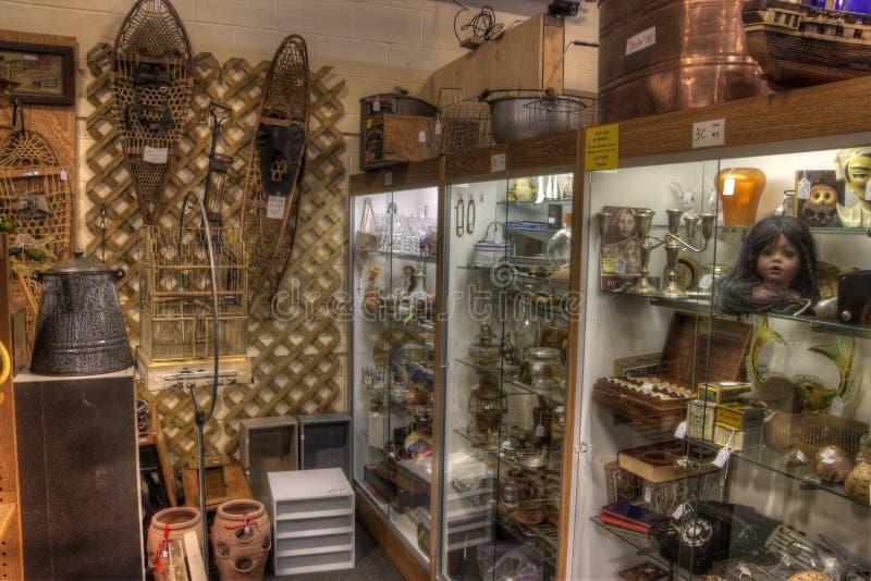 Антиквариаты для продажи в магазине стоковое фото