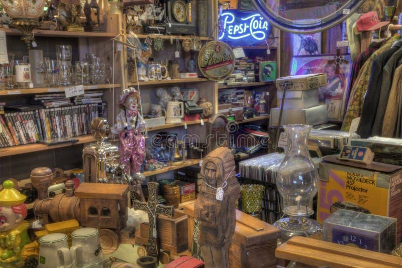 Антиквариаты для продажи в магазине стоковая фотография rf
