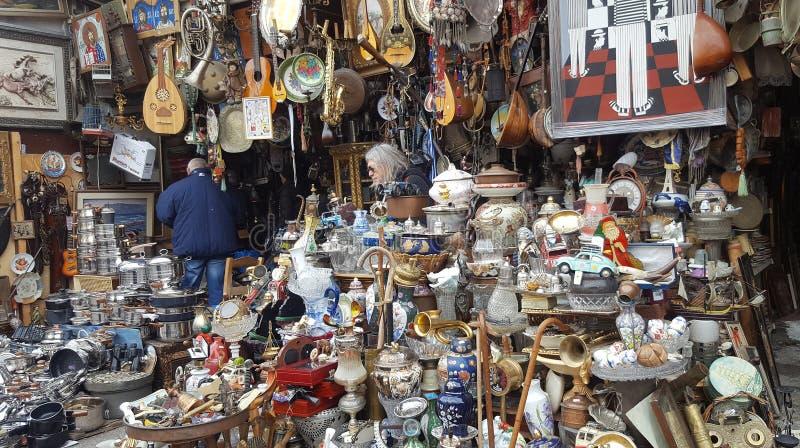 Антиквариаты для продажи на известном блошином рынке на Афина, Греции стоковая фотография rf