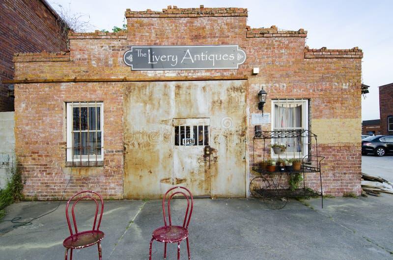 Антиквариаты ливреи, Fayetteville NC 23-ье марта 2012: видно и популярный магазин антиквариатов стоковое фото rf