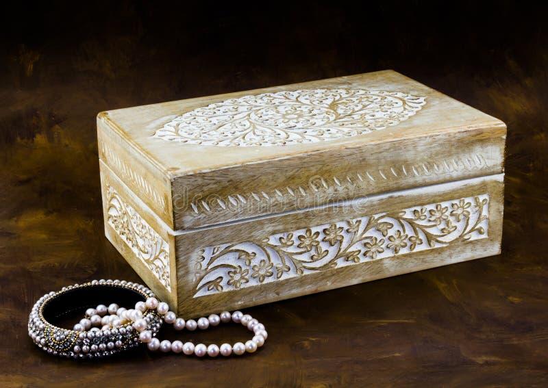 Антиквариат высек бледную деревянную коробку с украшениями peal на темном коричневом цвете b стоковая фотография