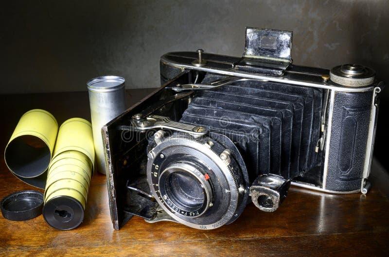 Антиквариат ревет камера и первоначально фильм стоковое изображение rf