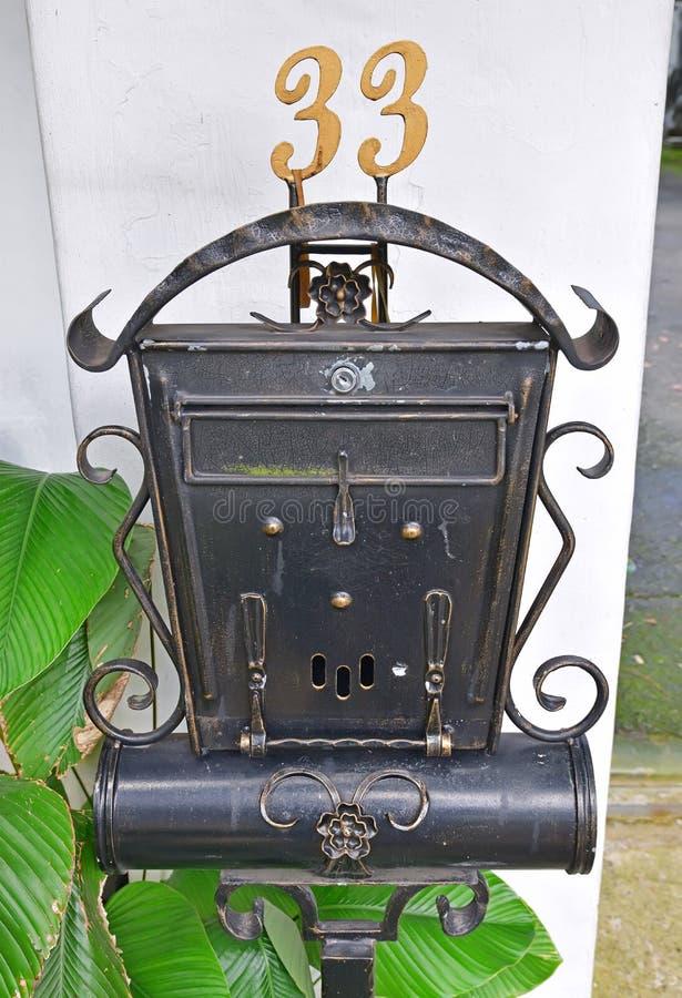 Антиквариат смотря деревенский внешний автономный почтовый ящик стоковые изображения rf
