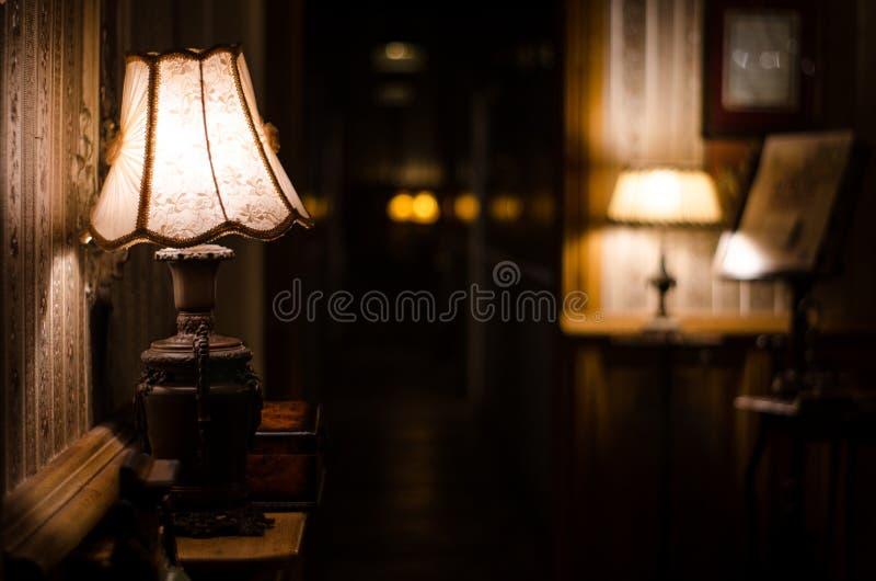 Антикварный коридор и светящаяся лампа стоковое изображение rf