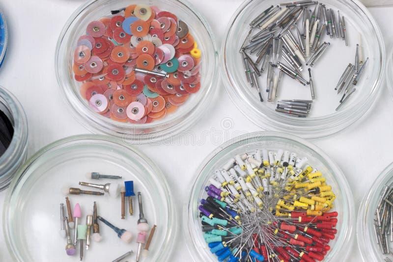 дантисты клиники оборудуют стоматологическое Деятельность, замена зуба стоковое фото