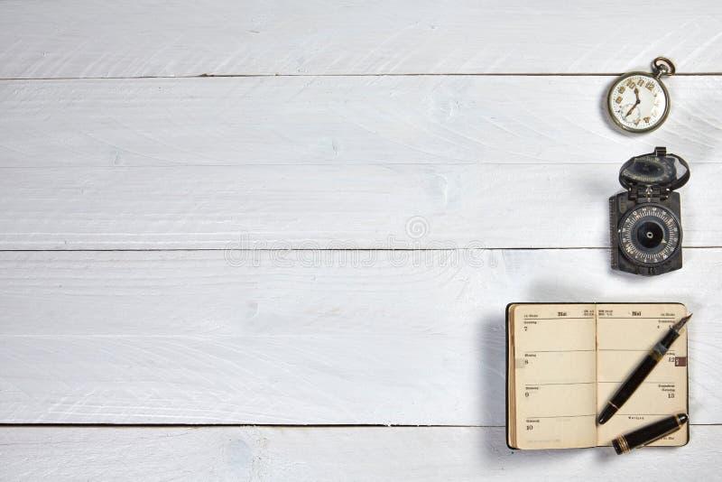 Античная авторучка, старый календарь, вахта и компас стоковая фотография
