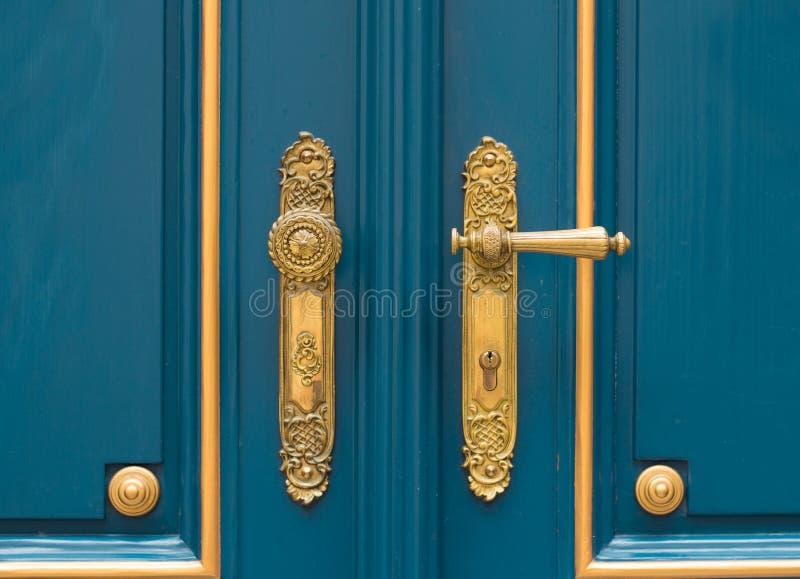 Античная богато украшенная ручка двери золота стоковое фото rf
