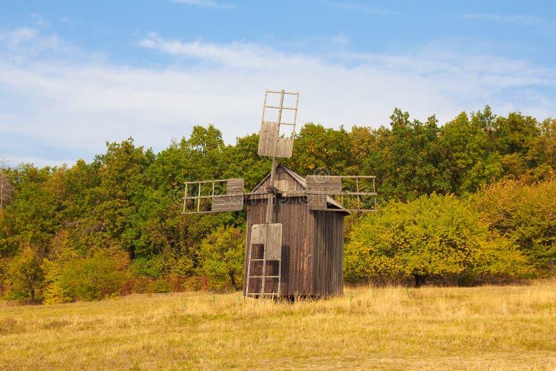 Античная ветхая деревянная ветрянка в Pirogovo стоковые изображения