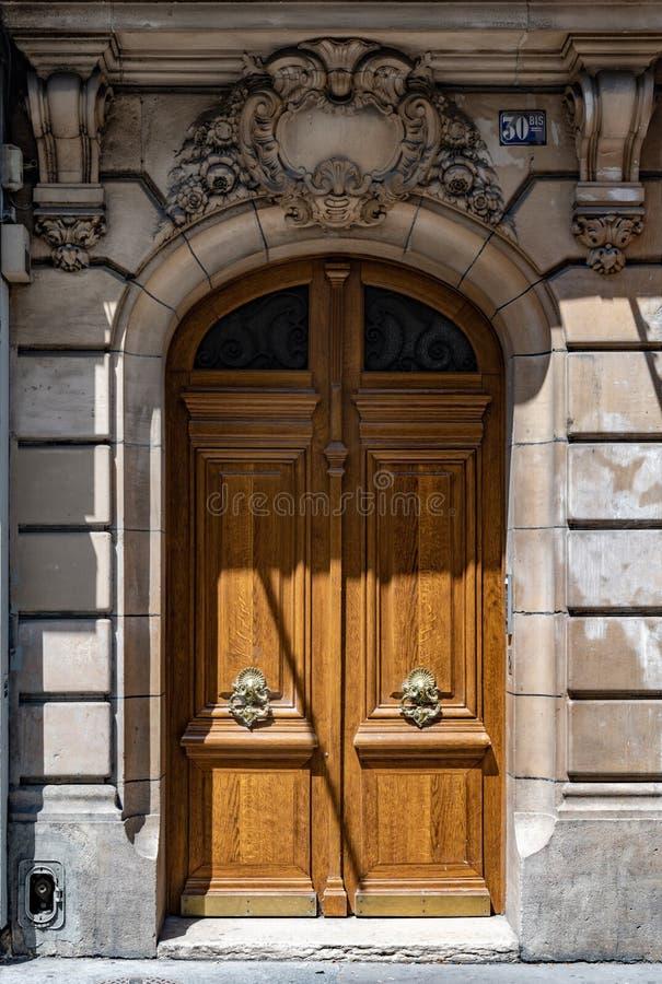 Античная дверь свода старого здания в Париже Франции Винтажный деревянный вход с ручками золотого металла богато украшенными и ст стоковое изображение rf