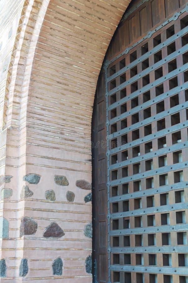 Античная деревянная дверь с металлическими пластинами и ручками стоковое фото
