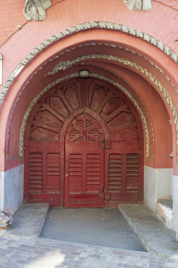 Античная деревянная дверь с металлическими пластинами и ручками стоковые фотографии rf