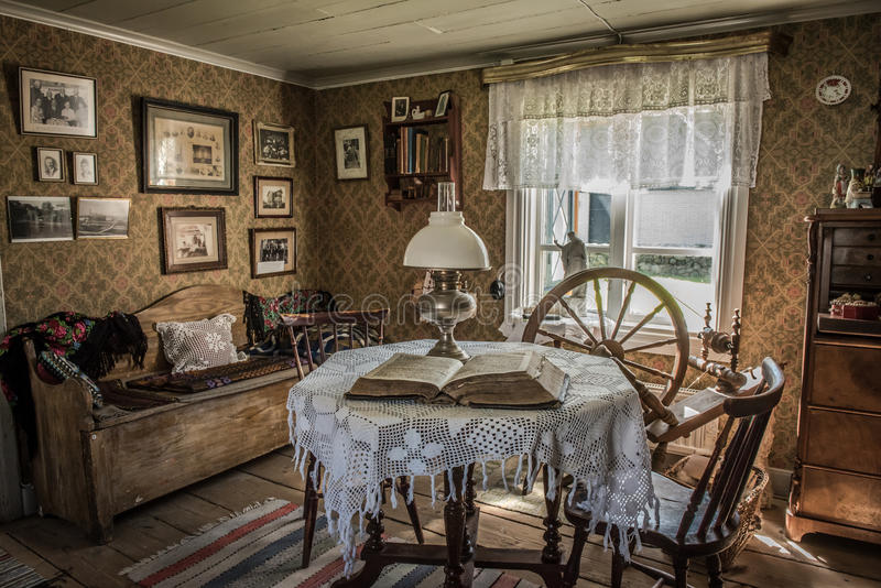 Античная живущая комната в старом доме стоковая фотография