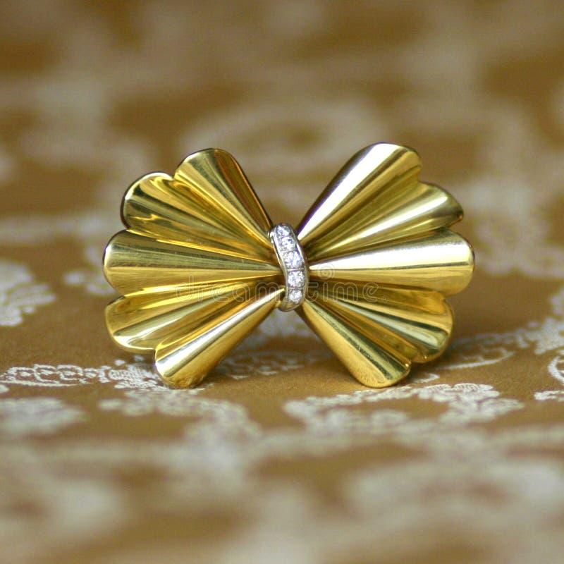 Античная золотая фибула смычка с диамантами стоковые изображения