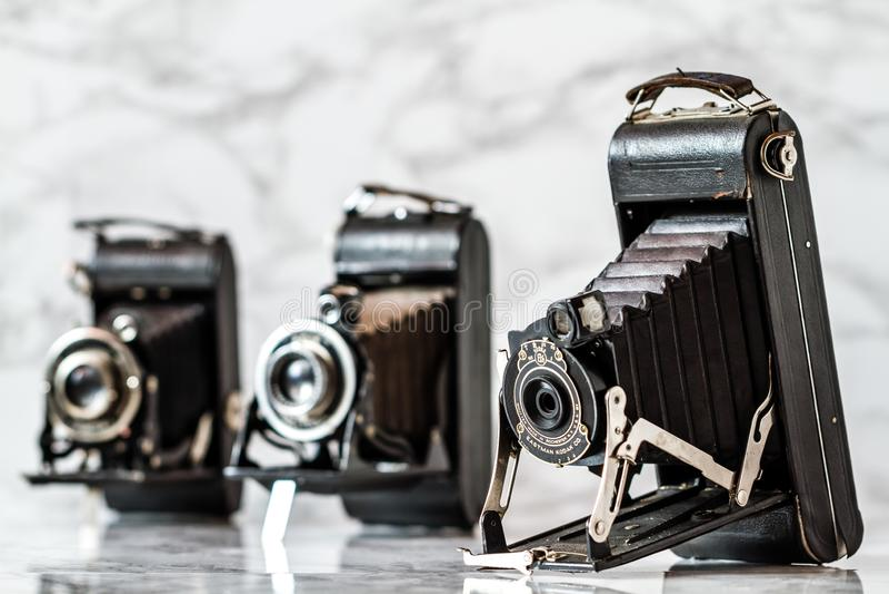 Античная камера складчатости Kodak на мраморной предпосылке стоковое фото