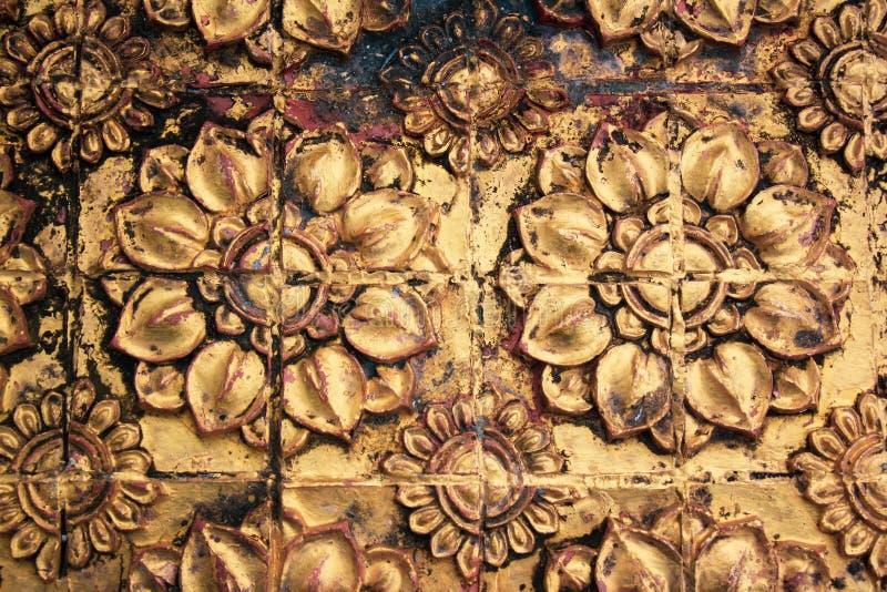 Античная картина каменных цветков покрытых с золотом стоковые изображения